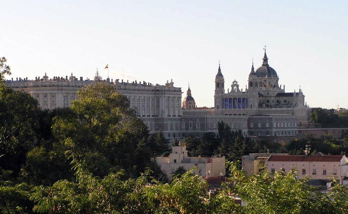 desde los jardines del templo de debod se contempla una vista de madrid don