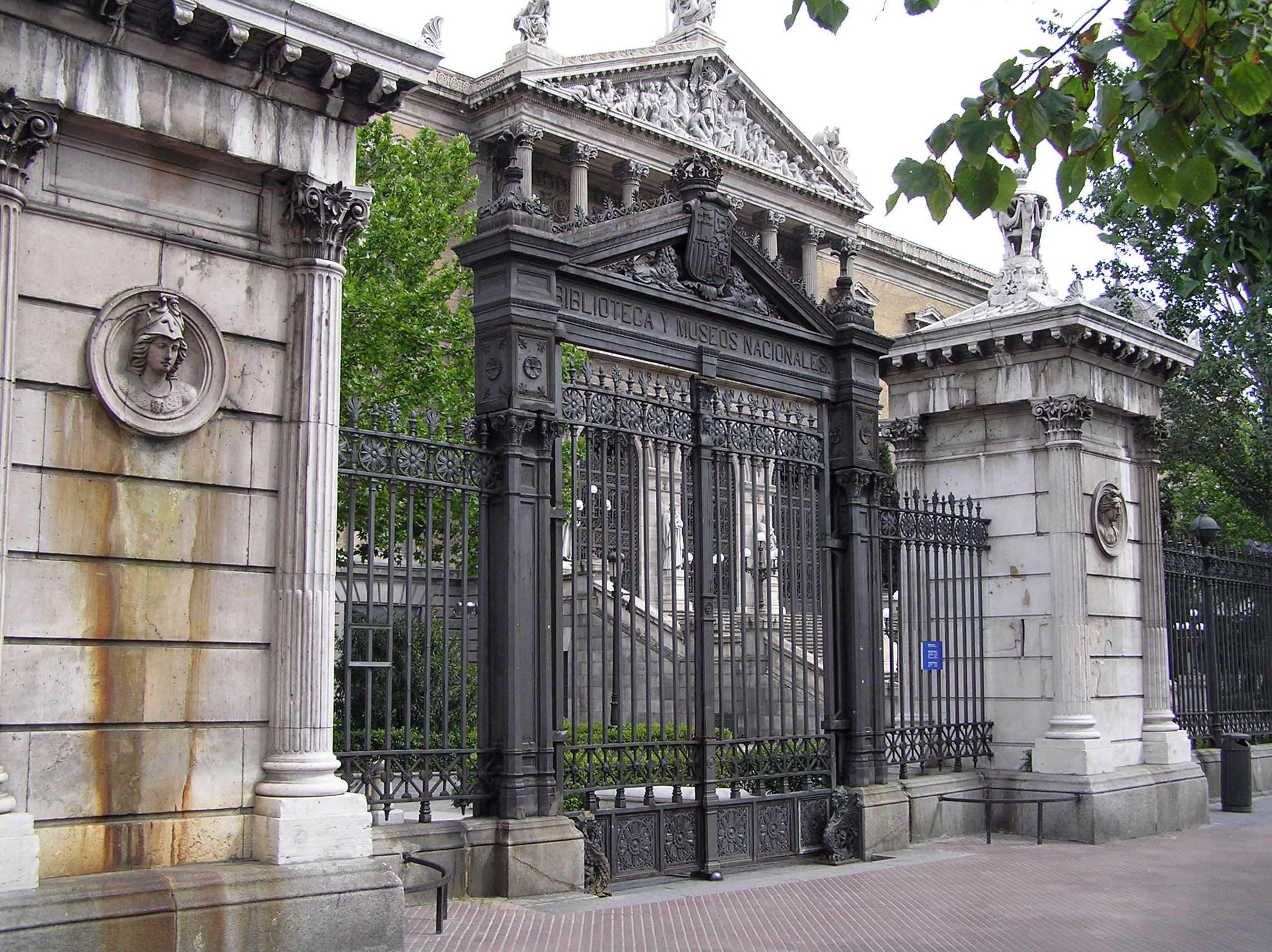 Medallones biblioteca y museos nacionales portal for Biblioteca iglesia madrid