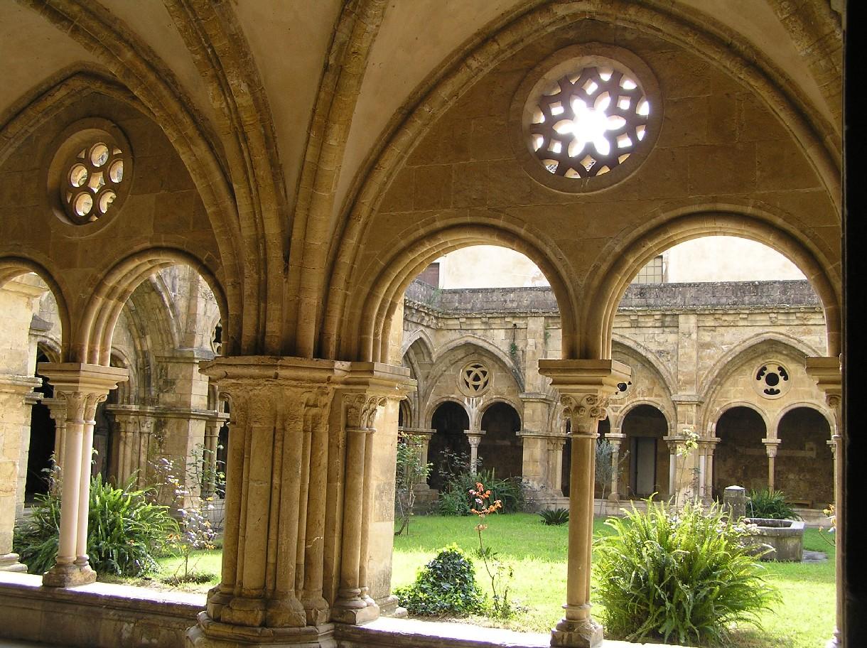 http://www.fuenterrebollo.com/Portugal/Coimbra/Catedral-Vieja/claustro-5.jpg