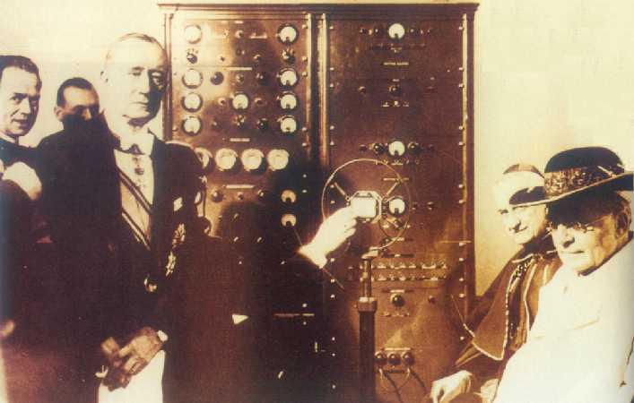Marconi con el Papa Pío XI en la inaguración de Radio Vaticano